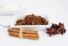 Sucre de Brown, bâtons de cannelle et anis Image stock