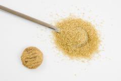 Sucre de Brown sur la cuillère à café argentée Image stock