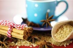 Sucre de café, cannelle et plan rapproché de macro d'édulcorant de café d'anis d'étoile Photos libres de droits