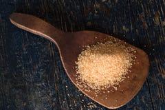 Sucre de canne organique sur une palette en bois Images libres de droits