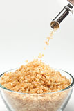 Sucre de canne tombant d'un sucre-bassin Image stock