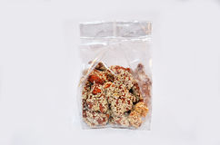 Sucre et sésame thaïlandais d'immersion d'amande de casse-croûte dans le sachet en plastique Photo libre de droits