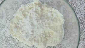 Sucre glace tombant sur le fromage de ricotta banque de vidéos