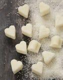 Sucre granulé et raffiné sous forme de coeur images stock