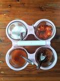 Sucre, piments et vinaigre sur la table photo libre de droits