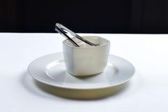 Sucre raffiné blanc dans une cuvette en céramique photos stock