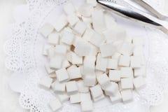 Sucre raffiné sur une serviette blanche photo stock