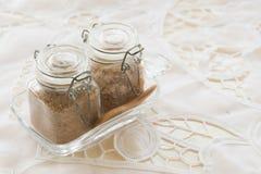 Sucre roux dans la bouteille en verre avec la cuillère boisée sur la table dans vi Image libre de droits