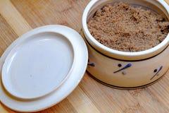 Sucre roux dans une tasse Image libre de droits