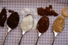 Sucre roux de sucre blanc de café de cacao sur des ustensiles de cuisine de cuillère en métal pour la nourriture et les boissons photo stock