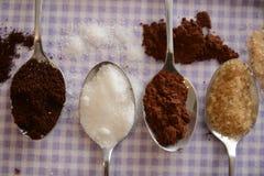 Sucre roux de sucre blanc de café de cacao sur des ustensiles de cuisine de cuillère en métal pour la nourriture et les boissons photographie stock libre de droits