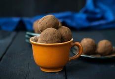 Sucrerie avec les dates, le chocolat et la noix de coco sur un fond foncé Photos libres de droits