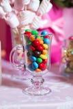 Sucrerie colorée Bonbons colorés multi Sucrerie colorée dans un verre Le chocolat rond est très coloré Image stock