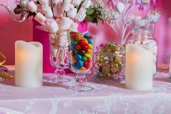 Sucrerie colorée Bonbons colorés multi Sucrerie colorée dans un verre Le chocolat rond est très coloré Bougie Photos stock