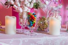Sucrerie colorée Bonbons colorés multi Sucrerie colorée dans un verre Le chocolat rond est très coloré Bougie Photographie stock libre de droits
