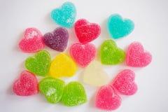 Sucrerie colorée de coeurs sur le blanc pour le fond de valentines Photos libres de droits