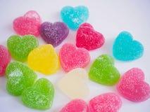 Sucrerie colorée de coeurs sur le blanc pour le jour de valentines Photos stock