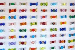 Sucrerie colorée en verre en vente dans Burano image libre de droits