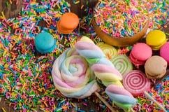 Sucrerie colorée et Chocolet, Macaron sur la table en bois Photo libre de droits
