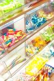 Sucrerie colorée lumineuse dans la fenêtre de magasin photos stock