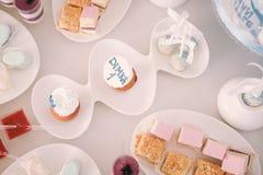 Sucrerie d'anniversaire sur la table Photos libres de droits