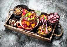 sucrerie de bonbons, fruits glacés avec la guimauve et gelée sur un plateau en bois photos libres de droits