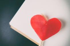 Sucrerie de coeur de Valentine Red sur le papier Image libre de droits