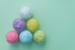 sucrerie de coton colorée dans la tasse en plastique Image libre de droits