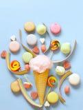Sucrerie de coton douce dans un cône de gaufre, sucrerie Images stock