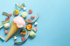 Sucrerie de coton douce dans un cône de gaufre, sucrerie et gelée Photo libre de droits