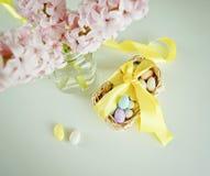 Sucrerie de festin pour Pâques dans le panier Photos stock
