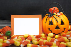 Sucrerie de Halloween avec la carte vierge Photo stock