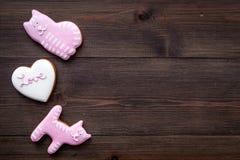 Sucrerie de jour du ` s de Valentine Biscuit en forme de coeur avec amour de lettrage et minou sur l'espace en bois foncé de vue  Photos stock