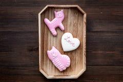 Sucrerie de jour du ` s de Valentine Biscuit en forme de coeur avec amour de lettrage et minou sur l'espace en bois foncé de vue  Photos libres de droits