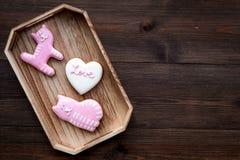 Sucrerie de jour du ` s de Valentine Biscuit en forme de coeur avec amour de lettrage et minou sur l'espace en bois foncé de vue  Photographie stock