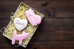 Sucrerie de jour du ` s de Valentine Biscuit en forme de coeur avec amour de lettrage et minou sur l'espace en bois foncé de vue  Photo stock