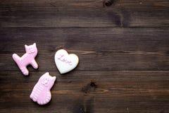 Sucrerie de jour du ` s de Valentine Biscuit en forme de coeur avec amour de lettrage et minou sur l'espace en bois foncé de vue  Images stock