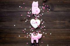 Sucrerie de jour du ` s de Valentine Biscuit en forme de coeur avec amour de lettrage et minou sur l'espace en bois foncé de vue  Image libre de droits