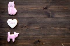 Sucrerie de jour du ` s de Valentine Biscuit en forme de coeur avec amour de lettrage et minou sur l'espace en bois foncé de vue  Photographie stock libre de droits