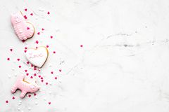 Sucrerie de jour du ` s de Valentine Biscuit en forme de coeur avec amour de lettrage et minou sur l'espace gris-clair de vue sup Photo stock