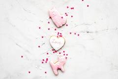 Sucrerie de jour du ` s de Valentine Biscuit en forme de coeur avec amour de lettrage et minou sur l'espace gris-clair de vue sup Image stock