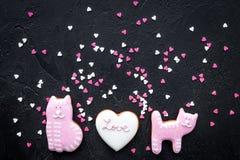 Sucrerie de jour du ` s de Valentine Biscuit en forme de coeur avec amour de lettrage et minou sur la vue supérieure de fond noir Photo libre de droits