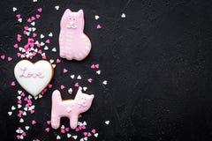 Sucrerie de jour du ` s de Valentine Le biscuit en forme de coeur avec amour de lettrage et le minou sur la vue supérieure de fon Photo stock