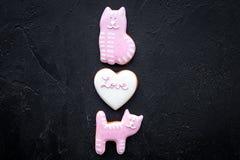 Sucrerie de jour du ` s de Valentine Le biscuit en forme de coeur avec amour de lettrage et le minou sur la vue supérieure de fon Photos stock