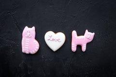 Sucrerie de jour du ` s de Valentine Le biscuit en forme de coeur avec amour de lettrage et le minou sur la vue supérieure de fon Photo libre de droits
