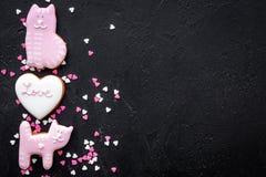 Sucrerie de jour du ` s de Valentine Le biscuit en forme de coeur avec amour de lettrage et le minou sur la vue supérieure de fon Photographie stock