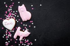 Sucrerie de jour du ` s de Valentine Le biscuit en forme de coeur avec amour de lettrage et le minou sur la vue supérieure de fon Image libre de droits