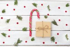 Sucrerie de Noël et un boîte-cadeau autour du branche d'arbre de Noël photographie stock