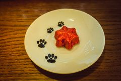 sucrerie de Noël sur le chocolat blanc de plat Photographie stock libre de droits