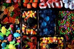 Sucrerie différente - grenouilles, ours, vers, potirons, yeux, graines dans le lustre, mâchoires, potirons pour Halloween Photographie stock libre de droits